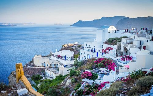 Oia is a town located on the coastline in the northwestern tip of Santorini which is a Greek island. You may have seen this town in many wallpapers and featured images online. It is full of whitewashed buildings located on the cliff tops.